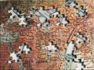 544084-Un-puzzle-de-la-carte-du-Moyen-Orient-se-trouve-au-dessus-de-US-dollars-Banque-dimages